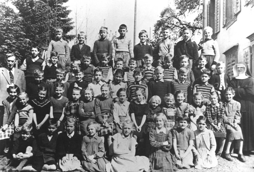 Halbtagsschule, Religionsunterricht und Christenlehre, früher normal für Schulkinder in Morschach – später Erinnerungen für die Jahrgangstagungen.   /   Half-day school, religious instruction and Christian doctrine previously normal for schoolchildren in Morschach – later memories for the year meetings.