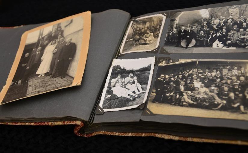 Fotoalben, heute Fotobücher – physische und virtuelle – zeigen nur die halbe Wahrheit. /  Photo albums, photo books today – physical and virtual – show only half thestory.