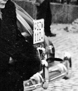 elisabeth-abegg-holdener-und-frau-knobel-freundin-in-vollem-ornat-auf-dem-hauptplatz-16-01-1950-1
