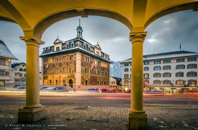Schwyz-Hauptplatz-Bogen-Rathaus-Rössli-Verkehr_DSC5351