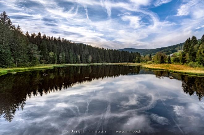 Schluchsee-Schwarzwasserteich-Wolkenspuren-spiegelung_DSC8468-Signet-web