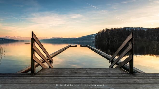 Hallwilersee-Frauenbadi-Stgeg-mit-Treppe-und-Podest-Abendlicht_DSC8519-a-Signet-web