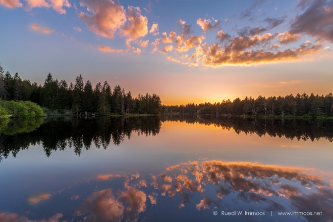Etang-de-Gruyère-Abendstimmung-sonnenuntergang-Wolkenband-rot_DSC0252-Signet-web