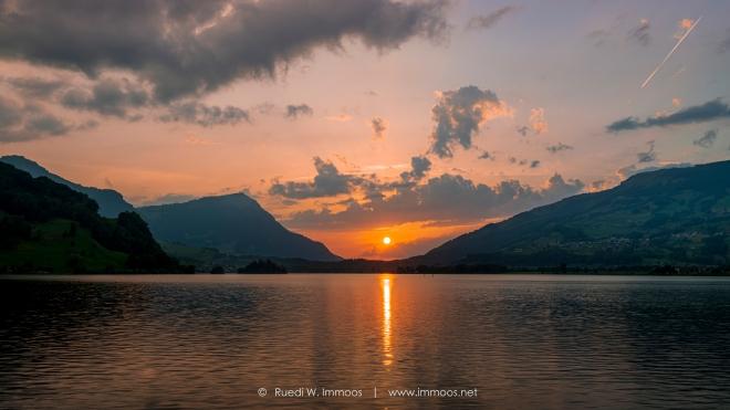 Seewen-Lauerz-Lauerzersee-Rigi-Sonnenuntergang-Sonnenscheibe_DSC1582-Signet-web