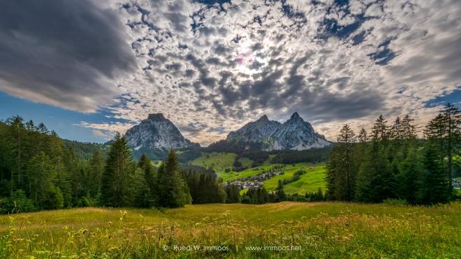 Brunni-und-mythen-im-Alptal-mit-Wolkensituation_DSC5636-Signet-web