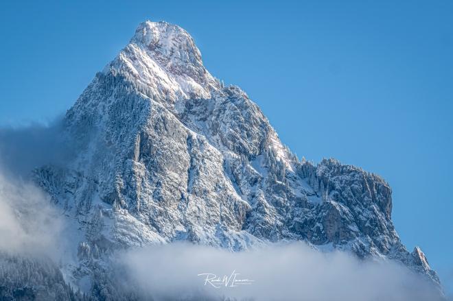 Grosser-Mythen-eiskalt-Schnee-Nebel_Z501800-Signet-web