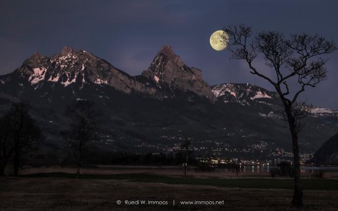 Lauerz-Segel-Mythen-Mond-hinter-Baum_DSC9291-ebenen-lichter-Signet-web