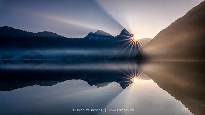 Lauerzersee-mythen-Sonnenaufgang-Sonnenstern-rechts-mit-Spiegelung_DSC9595-a-ohne-Steine-Signet-web