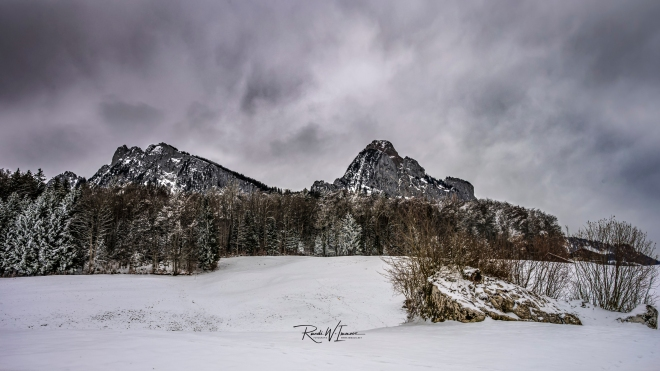 Mythen beide Winter Nebeltag grau Stoffels_Z621399-Signet-web