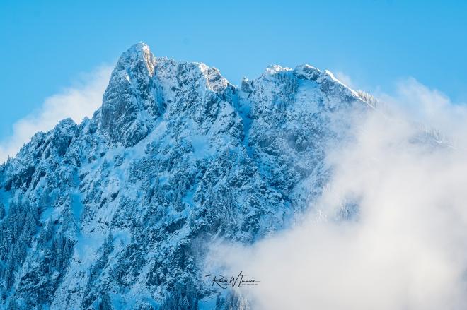 Mythen-kleineer-Gipfel-eiskalt-Winter-Nebel-Schnee_Z501811-Signet-web