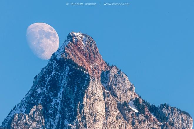 Mythen-Mond-Tele-gross-früher-Mondaufgang_DSC0668-Signet-web