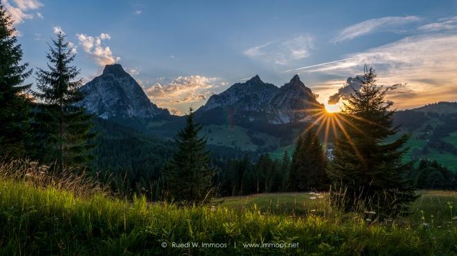 Mythenmassiv-Sonnenuntergang-Sommerabend-Sonnenstrahlen-breit_DSC2759-a-Signet-web