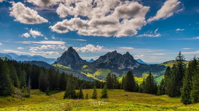 Mythenmassiv-von-hinten-von-Furggelen-aus-mit-Rigi-und-Bergpanorama-Sommer_DSC5575-Signet-web