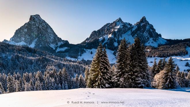 Alpthal-Brunni-Mythenmassiv-Wintertag-a-_DSC0828-a-Signet-web