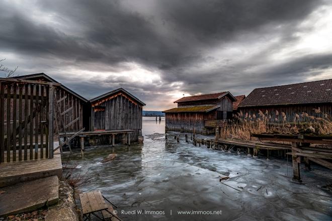 Ammersee-Diessen-Fischerhütten-mit-Eisschollen-düsterer-Himmel_DSC4388-Signet-web