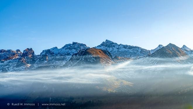 Kaiserstock-und-Schwyzer-berge-mit-Nebelband-Herbst_DSC0446-a-Signet-web