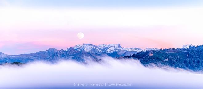 Glärnisch-rosa-Vollmondaufgang-Comp-Glärnisch-mit-wäggitalerbergen-Nebel-vom-Ratenpass-aus_DSC1216-1-a-Mond-Signet-web