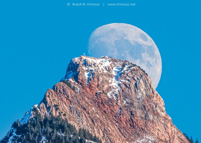 Mythenmond-früh-gross-Gipfel_DSC0700-Wiederhergestellt-Signet-web
