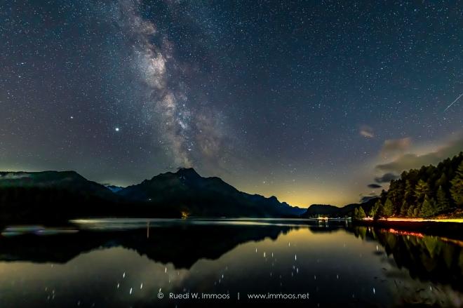Milchstrasse Engadin Silsersee mit Lichtspuren und Sternschnuppe_DSC5429-Signet-web